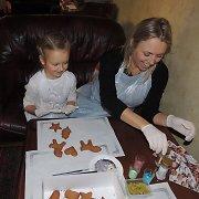 Violeta Tarasovienė su dukra kasmet laikosi tradicijos marginti meduolius
