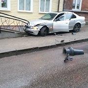 Telšių centre BMW rėžėsi į pastatą, o prie jo vairo sėdėjęs kelių erelis pasipustė padus