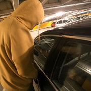 """Kėdainių ilgapirščiams rankinės nepakako: radę raktus pavogė """"Mercedes"""""""