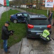 """Vienoje avaringiausių Panevėžio sankryžų susidūrę """"Citroen"""" ir """"Opel"""" nuskriejo ant šaligatvio"""