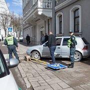"""Šiauliuose vairuotojas su """"VW Golf"""" taranavo miesto savivaldybę"""