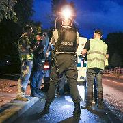 Užuot patruliavę gatvėje, policininkai patys saugo ir vežioja nusikaltėlius
