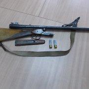 Lentvaryje elektros skydinėje policijos pareigūnai aptiko nupjautvamzdį šautuvą ir pistoletą
