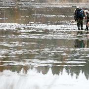Poledinės žūklės mėgėjų nebaugina net po kojomis ant ledo sruvenantis vanduo