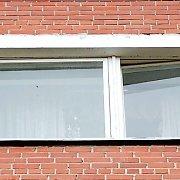 Pasvalyje žuvo pro langą iškritusi moteris