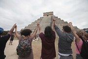 Pasauliui išgyvenus majų pasaulio pabaigą, Meksikoje žmonės švenčia