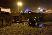 """Avarija Klaipėdoje: į daubą sankryžoje įskriejo automobilis, """"BMW"""" pakibo ant borto"""