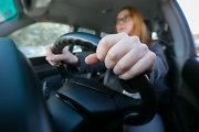 Ryškėnuose nepilnametę panelę vairuoti mokęs 21-erių vaikinas užrūstino policininkus