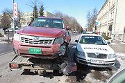 """Vilniaus centre per avariją sudaužyti penki automobiliai, smarkiausiai sumaitotas JAV ambasadai priklausantis """"Subaru Forester"""""""