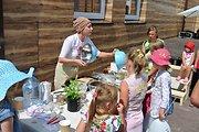 """Šeimų festivalyje """"Naisių vasara 2013"""" Agnė Jagelavičiūtė mokė vaikus gaminti valgį"""