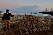 Sausio 13-osios proga Kalifornijoje smėlio skulptūrą sukūrusio menininko patiktukai nedžiugina