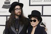 """Yoko Ono su sūnumi dalyvavo """"The Beatles"""" šeimų susitikime per """"Grammy"""" apdovanojimų ceremoniją"""