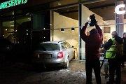 """Likimas apsaugojo: į """"Coffee Inn"""" kavinę Vilniuje """"Audi"""" rėžėsi, kai stalelis prie lango buvo laisvas"""