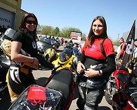 Motociklais žavisi ir dailiosios lyties atstovės.