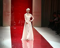 Naujoji Juozo Statkevičiaus kolekcija stebino įspūdingomis vestuvinėmis, elegantiškomis suknelėmis bei margaspalviais kostiumais. Modelių šou palydėjo įspūdinga muzika ir svečių aplodismentai.