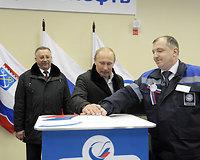 Vladimiras Putinas (centre)
