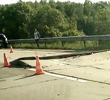 Ypatinga situacija kelyje Vilnius-Utena: betono plokštės piestu stojasi nuo karščio