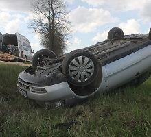 """Panevėžio rajone nuo kelio nuvažiavo ir vertėsi """"Audi"""" vairuotojas, vežęs priekabą su lentomis"""