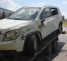 Panevėžyje kelio ženklo nepamatęs vilkiko vairuotojas rėžėsi į ant priekabos vežamą automobilį