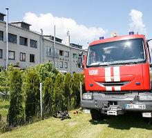 Pasiaukojamai gelbėdamas vaiką iš degančio buto susižalojo Kauno ugniagesys