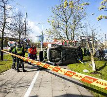 Vilniuje apsivertė automobilis, viduje likęs senolis ramiai laukė gelbėtojų