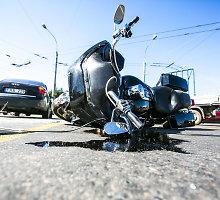 """Vilniuje – skaudus motociklo ir """"Audi"""" susidūrimas: sužeisti 2 žmonės, strigo eismas"""