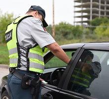 Kelių policijos patruliams 500 eurų brukęs latvis užsidirbo baudžiamąją bylą
