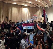 Irako sostinėje protestuotojai įsiveržė į Žaliąją zoną