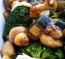 Brokolių, pievagrybių ir pelėsinio sūrio karštos salotos