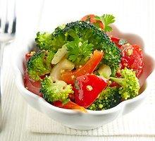Šviežios brokolių ir pomidorų salotos