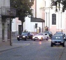 Merginų kabinimo gudrybė: du BMW sankryžoje prie bažnyčios