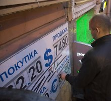 Chaosas Rusijoje – bankuose baigiasi grynieji pinigai, žmonės negali atsiimti indėlių