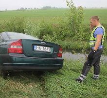 """Magistralėje """"Via Baltica"""" nuo kelio nulėkęs latvis sustojo per pusmetrį nuo vandens griovio"""