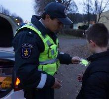 Kelių policijos patruliai dalijo atšvaitus eismo dalyviams