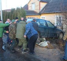 Krekenavoje nesuvaldytas BMW nuvertė elektros skydinę ir įskriejo į namo kiemą