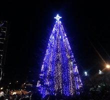 Šilutėje įžiebta Kalėdų eglė, ją miestui dovanojo Vilkyčių pensininkas