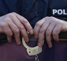 Telšių pareigūnai per kelias minutes išaiškino senolę vidury gatvės apiplėšusį įtariamąjį