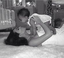 Švęsdama pirmąją savo Motinos dieną Kim Kardashian pasidalijo nauja dukrelės North nuotrauka