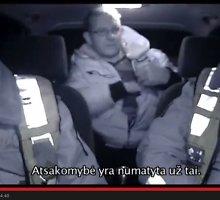 """Nufilmuotas dėl kyšio policijai įkliuvęs girtas vairuotojas: """"Duokit pistoletą – nusišausiu!"""""""