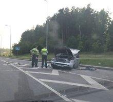"""Ties išvažiavimu iš Vilniaus vakarinio aplinkkelio vertėsi """"Land Rover"""" visureigis, sužaloti 4 žmonės"""