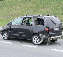 """Šiauliuose sankryžoje apsivertė """"VW Sharan"""" su trimis medkirčiais"""