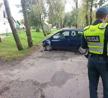 """Po padangos sprogimo """"Renault"""" nesuvaldžiusi motina Armalėnuose sužeidė mažylį"""
