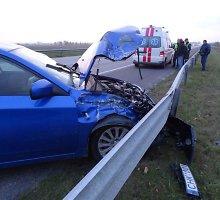 """Klaipėdos rajone per avariją vilkikas nulėkė į griovį, """"Subaru"""" vairuotojas sužeistas"""