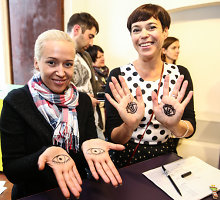 Nomeda Marčėnaitė atidarė vaikų su negalia keramikos darbų parodą