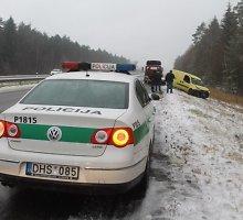 """Panevėžio rajone pirmasis sniegas pažymėtas """"Fiat"""" virtimu"""