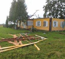 Vėjas Panevėžio rajone nuplėšė namo stogą, nuolaužos skriejo kelis šimtus metrų