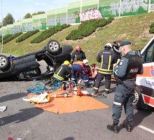 Vilniaus Tūkstantmečio gatvėje apvirto automobilis, nukentėjo vienas žmogus