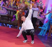 Aktorius Marius Repšys ant raudonojo kilimo: blizgūs kedai, salto ir suktukas