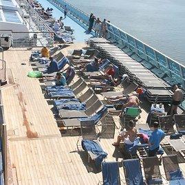 Aurelijos Kripaitės/15min.lt nuotr./Kruizinio laivo keleiviai mėgavosi šilta saule
