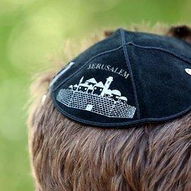 Juliaus Kalinsko/15min.lt nuotr./Senųjų žydų kapinių teritorijoje šalia Sporto rūmų mirusiųjų atminimas įamžintas specialia lenta.